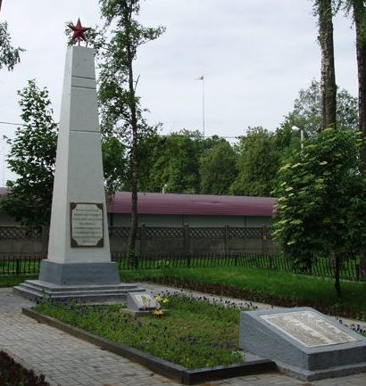г. Могилева. Памятник по улице Лазаренко, рядом с Виленским рынком, установлен в 1944 году на братской могиле, в которой похоронено 64 воина, в т.ч. 12 неизвестных. Высота обелиска – 7,7 м.