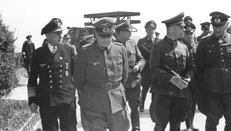 Вальтер Буле в числе офицеров на демонстрации реактивного миномета. 1944 г.