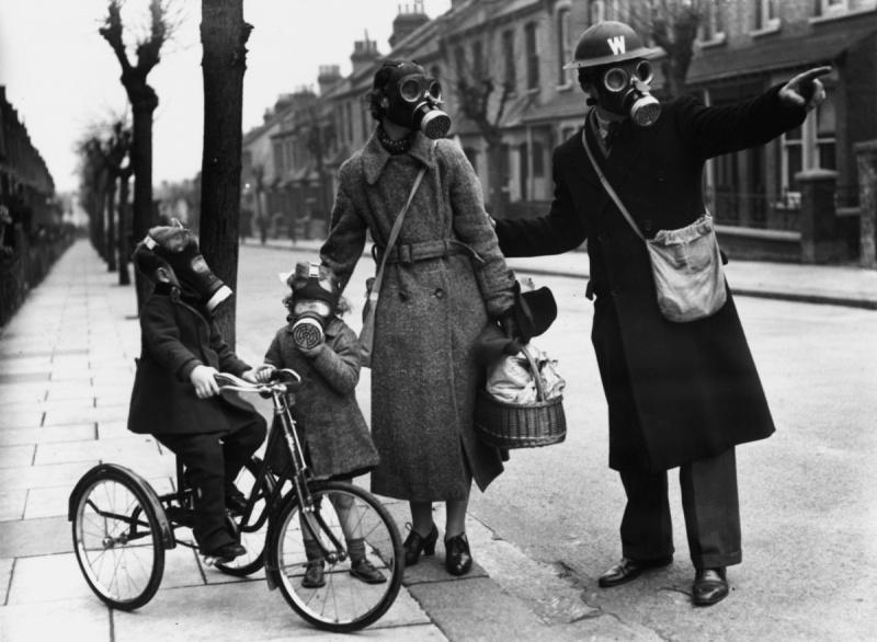 Служащий гражданской обороны дает указания женщине с детьми на улице. 1941 г.