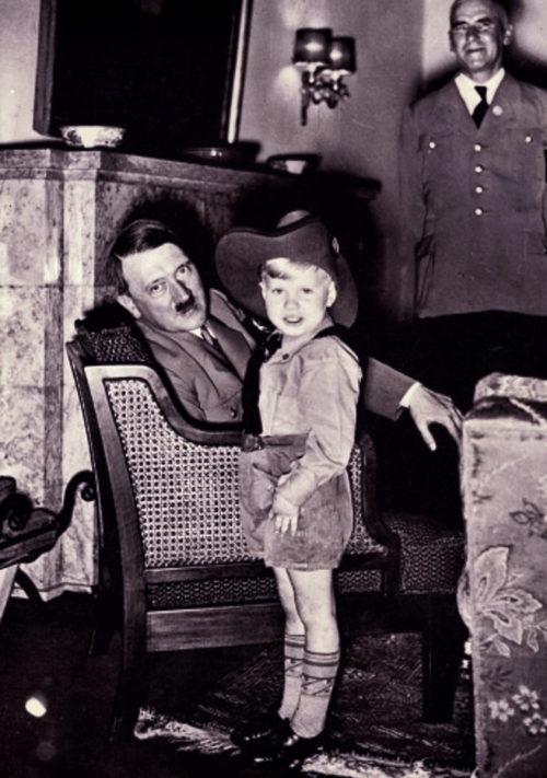Вильгельм Фрик с внуком и Адольф Гитлер. 1940 г.