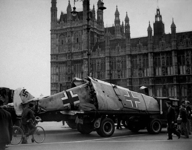 Доставка сбитого истребителя в центр города. Октябрь 1940 г.