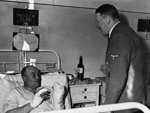 Вальтер Буле и Адольф Гитлер после покушения на фюрера. 1944 г.