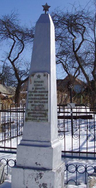 г. Могилев. Памятник на Карабановском кладбище, установленный в 1965 году на братской могиле, в которой похоронено 58 воинов, в т.ч. 7 неизвестных, павших в июне 1944 года.