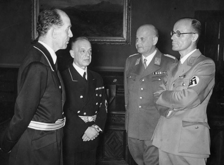 Отто Тирак с подчиненными. 1942 г.