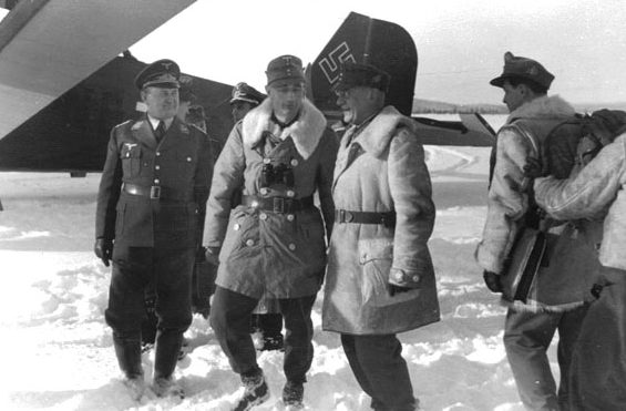 Эдуард Дитль у самолета. Финляндия. 1943 г.