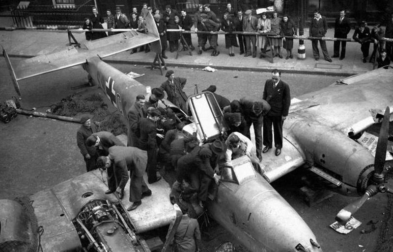 Выставка сбитого немецкого истребителя Мессершмитт Bf.110D. Октябрь 1940 г.