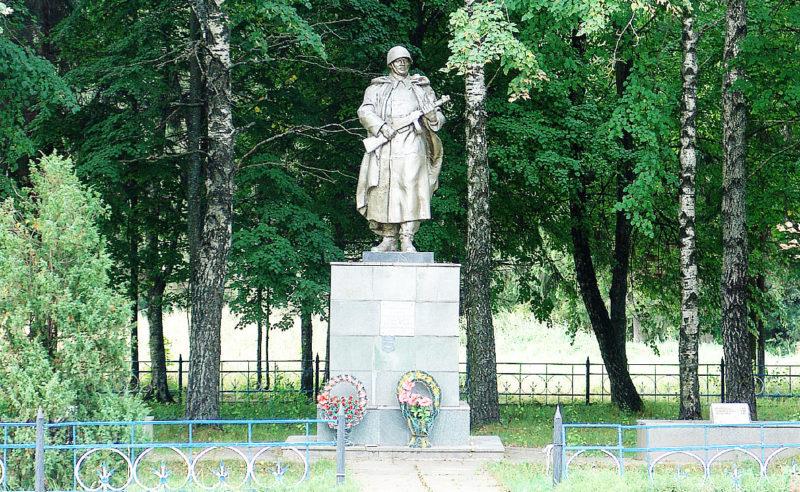 д. Сова Горецкого р-на. Памятник, установленный на братской могиле, в которой похоронено 7 советских воинов.