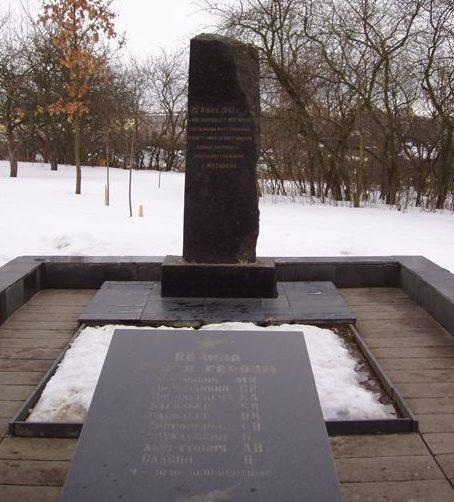 г. Могилев. Памятник в сквере по улице Лазаренко установлен на братской могиле в 1964 году, в которой похоронено 60 ополченцев, в т.ч. 50 неизвестных, погибших 25 июля 1941 года при обороне города.