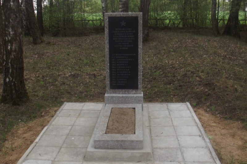 д. Заборье Краснопольского р-на. Памятник, установленный на братской могиле, в которой похоронено 13 советских воинов, погибших в годы войны.