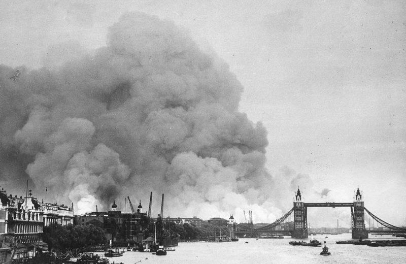 Горят доки лондонского порта после налета. 7 ноября 1940 г.