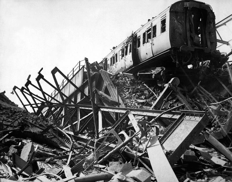 Разрушенный железнодорожный мост на Бридж Роуд. 1941 г.