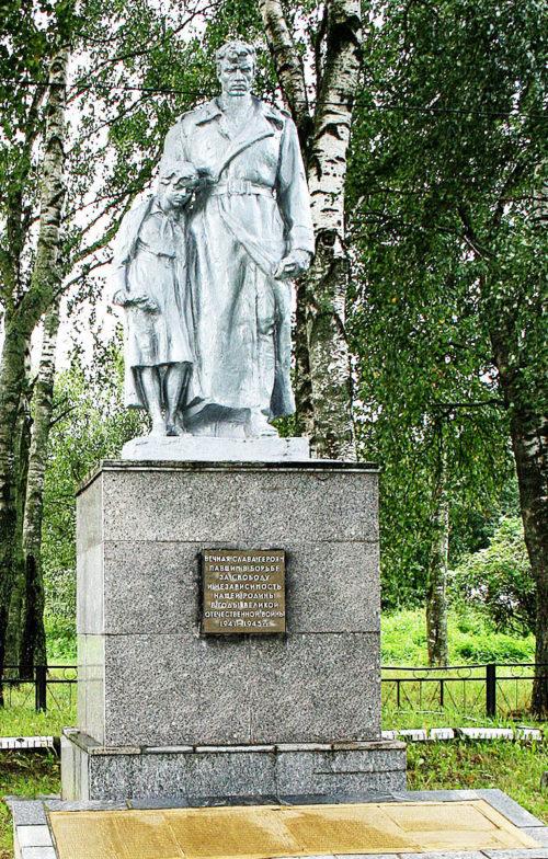 д. Старина Горецкого р-на. Памятник, установленный на братской могиле, в которой похоронено 250 советских воинов.
