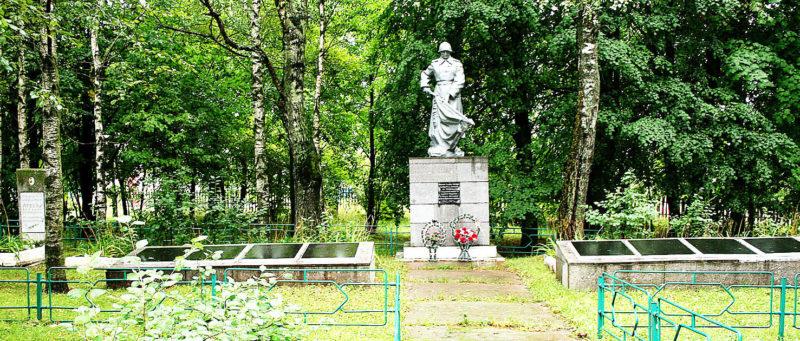 д. Староселье Горецкого р-на. Памятник, установленный на братской могиле, в которой похоронено 745 советских воинов.