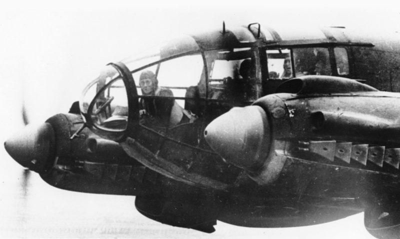Бомбардировщик He-111 над городом. Ноябрь 1940 г.