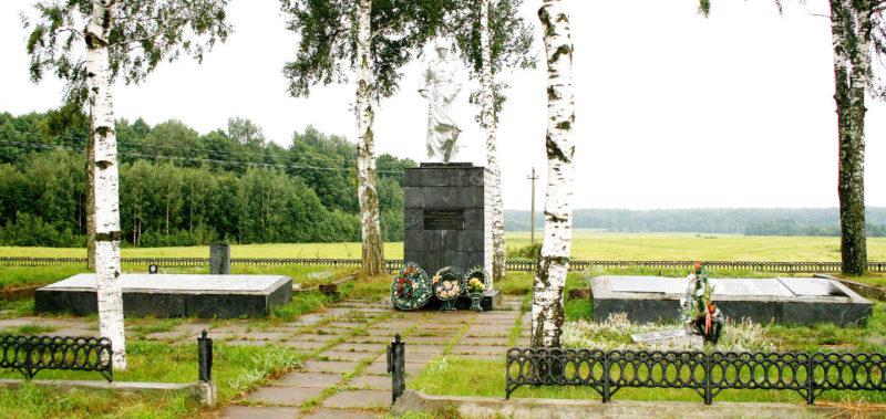 д. Стефаново Горецкого р-на. Памятник, установленный на братской могиле, в которой похоронено 805 советских воинов.
