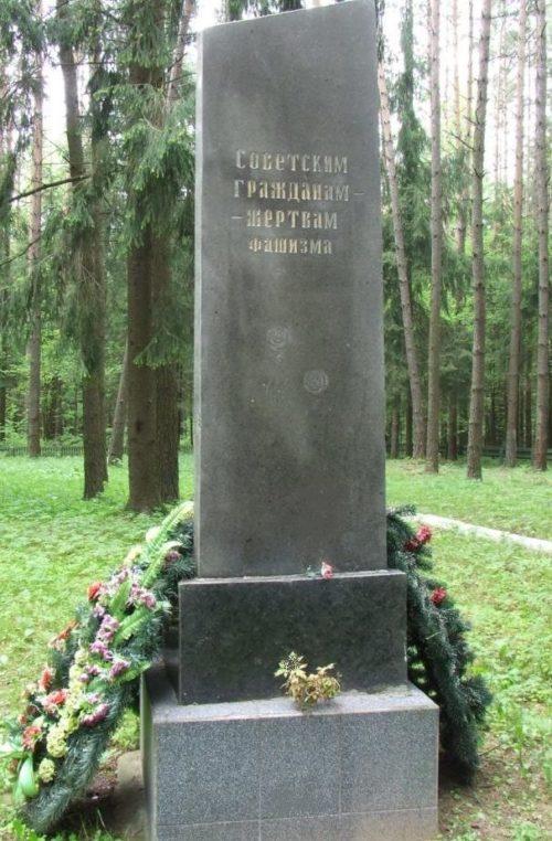 д. Б. Боровка Могилевского р-на. Памятный знак у Чаусского шоссе на месте захоронение 2500 мирных жителей.