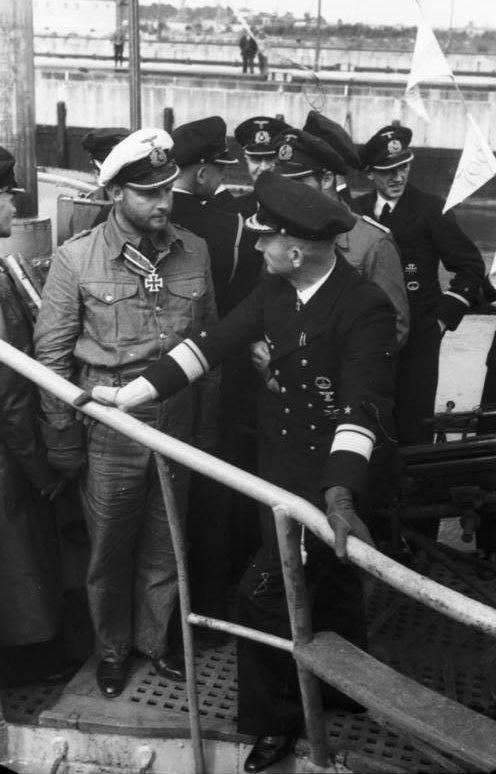 Карл Дёниц и Фриц-Юлиус Лемп на борту подлодки U-30. 1940 г.