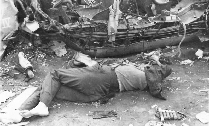 Немецкий летчик у сбитого немецкого бомбардировщика. 1942 г.