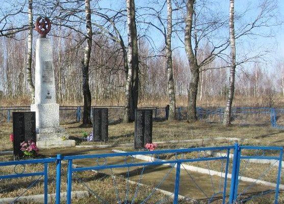 д. Петуховка Чаусского р-на. Братская могила на краю деревни, в которой захоронено 393 воина.