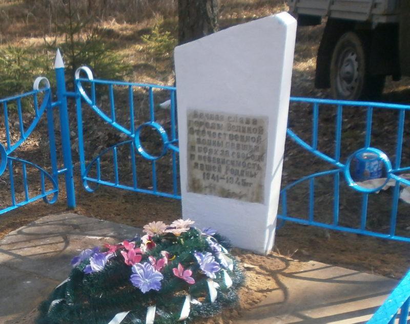 д. Костюковка Краснопольского р-на. Памятник, установленный на братской могиле, в которой похоронено 6 советских воинов, в т.ч. 5 неизвестных, погибших в годы войны.