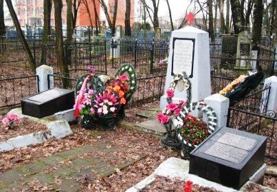 г. Осиповичи. Памятник на старом городском кладбище, установленный на братской могиле воинов, павших в годы войны.