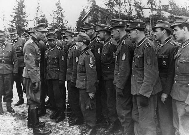 Эдуард Дитль с офицерами горных стрелков. Финляндия. 1944 г.