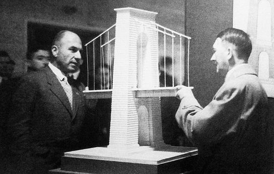 Фриц Тодт и Адольф Гитлер у модели моста. 1937 г.