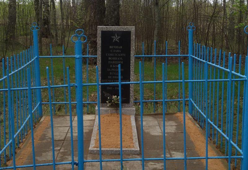 д. Корма-Пайки Краснопольского р-на. Памятник, установленный на братской могиле, в которой похоронено 5 советских воинов 283-й стрелковой дивизии, погибших в годы войны.