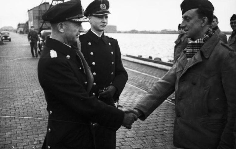 Карл Дёниц среди подводников. Вильгельмсхафен. 1940 г.