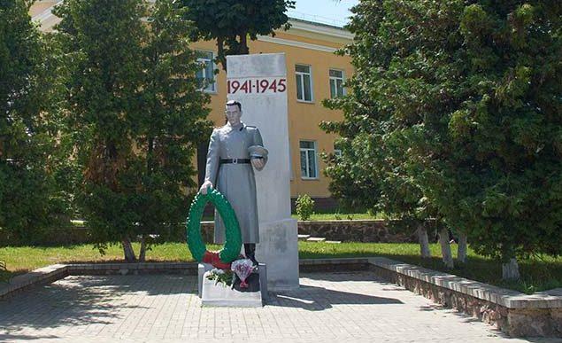 п. Краснополье. Памятник воинам, погибшим в годы войны.