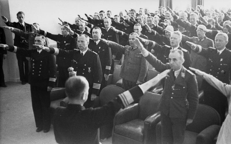 Карл Дёниц среди офицеров флота. Франция. 1941 г.