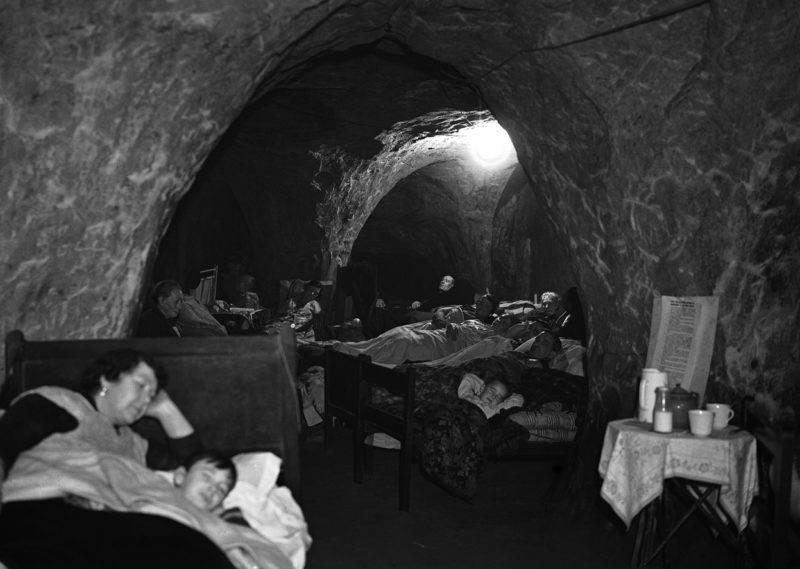 Пещеры Гастингс стали убежищем во время налетов. 12 декабря, 1940 г.