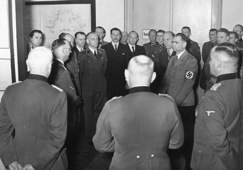 Фриц Тодт, Рудольф Гесс, Генрих Гиммлер, Филипп Боулер и Рейнхард Гейдрих на выставке «Планирование и построение нового порядка на Востоке». Берлин. 1941 г.