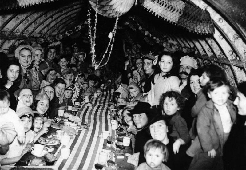 Лондонские дети празднуют Рождество в подземном убежище. 25 декабря 1940 г.