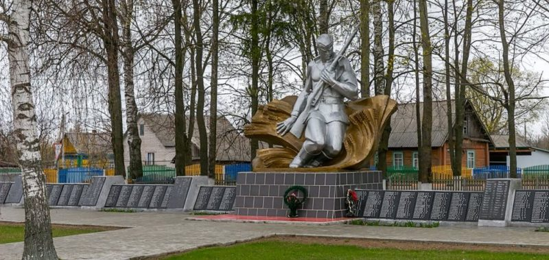 г. Дрибин. Мемориал был сооружен в 1984 году на братской могиле, в которой захоронено 508 воинов и партизан, которые погибли при освобождении Дрибина в 1943-1944 годах. Вокруг стелы расположены мемориальные доски, на которых увековечены имена погибших воинов.