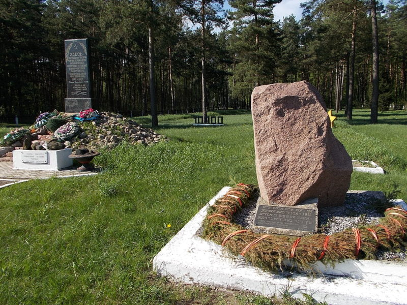 п. Каменка Бобруйского р-на. Памятник жертвам фашизма. Мемориальный комплекс был создан в 1978 году на месте расстрела 5 281 еврея 6-8 ноября 1941 года. Мемориал был реконструирован в 2006 году.