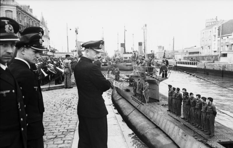 Карл Дёниц у подлодки U-94. Сен-Назер. 1941 г.