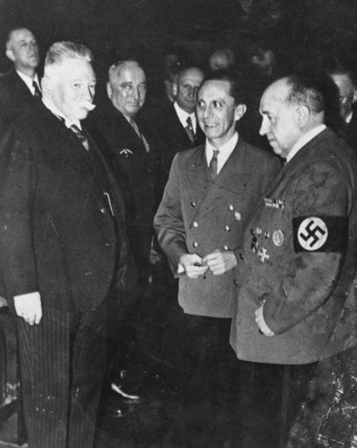 Вальтер Функ и Йозеф Геббельс. Берлин. 1943 г.