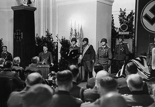 Адольф Гитлер на похоронах Эдуарда Дитля. 1944 г.