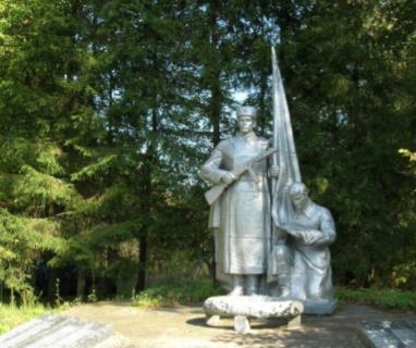 д. Радомля Чауского р-на. Братская могила на окраине села, в которой захоронено 246 воинов.