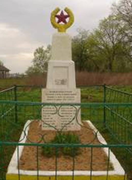 д. Курбаки Краснопольского р-на. Памятник, установленный на братской могиле, в которой похоронено 24 советских воина, погибших в 1943 году.