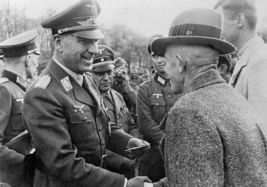 Фриц Тодт награждает инженеров, мобилизованных для военного строительства. 1942 г.