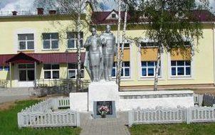 д. Радомля Чауского р-на. Братская могила в центре села.