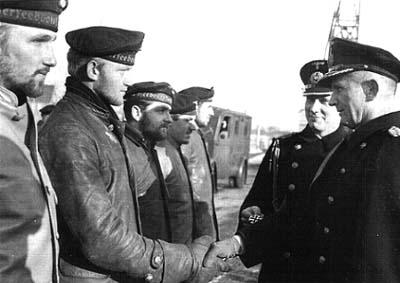 Карл Дёниц награждает экипаж подлодки U-2. 1941 г.