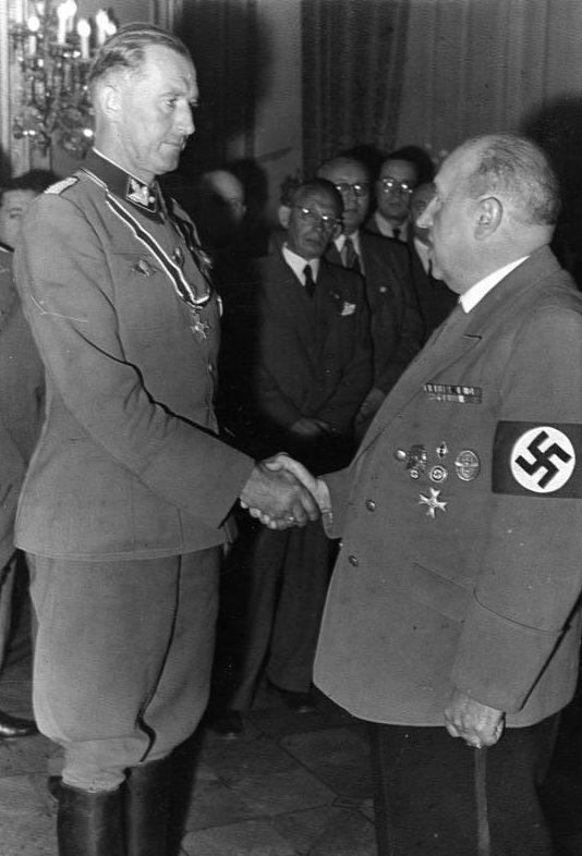 Награждение Вальтера Функа Рыцарским крестом. 1944 г.