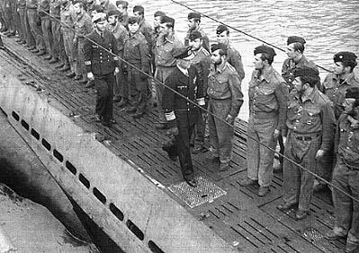 Карл Дёниц приветствует экипаж подлодки U-94. 1941 г.