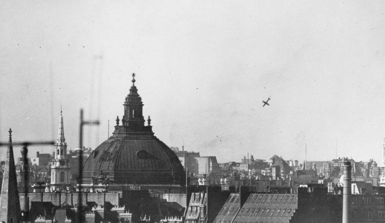 Ракеты ФАУ-1 над городом. 1944 г.