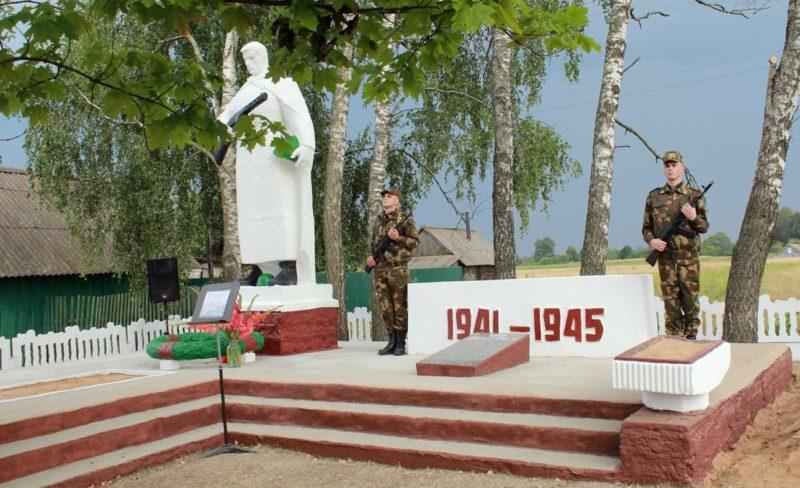 д. Самулки Чауского р-на. Братская могила в центре села, в которой захоронено 70 воинов, в т.ч. 55 неизвестных.
