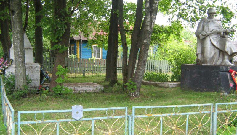 д. Кледневичи Дрибинского р-на. Памятник установлен на братской могиле, в которой похоронено 4 советских воина, погибших в годы войны.