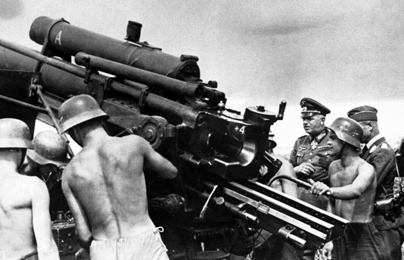 Эрнст Буш на 88-мм зенитного орудия Flak18-36. 1941 г.